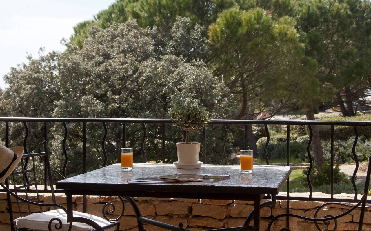 Breakfast on a terrace charming hotel in Gordes