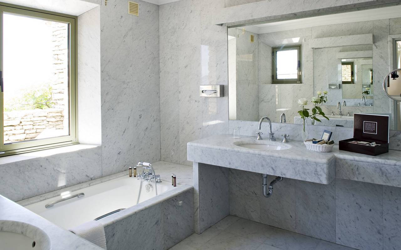 Bathroom with a refined decoration, Avignon luxury hotel, Hotel Les Bories