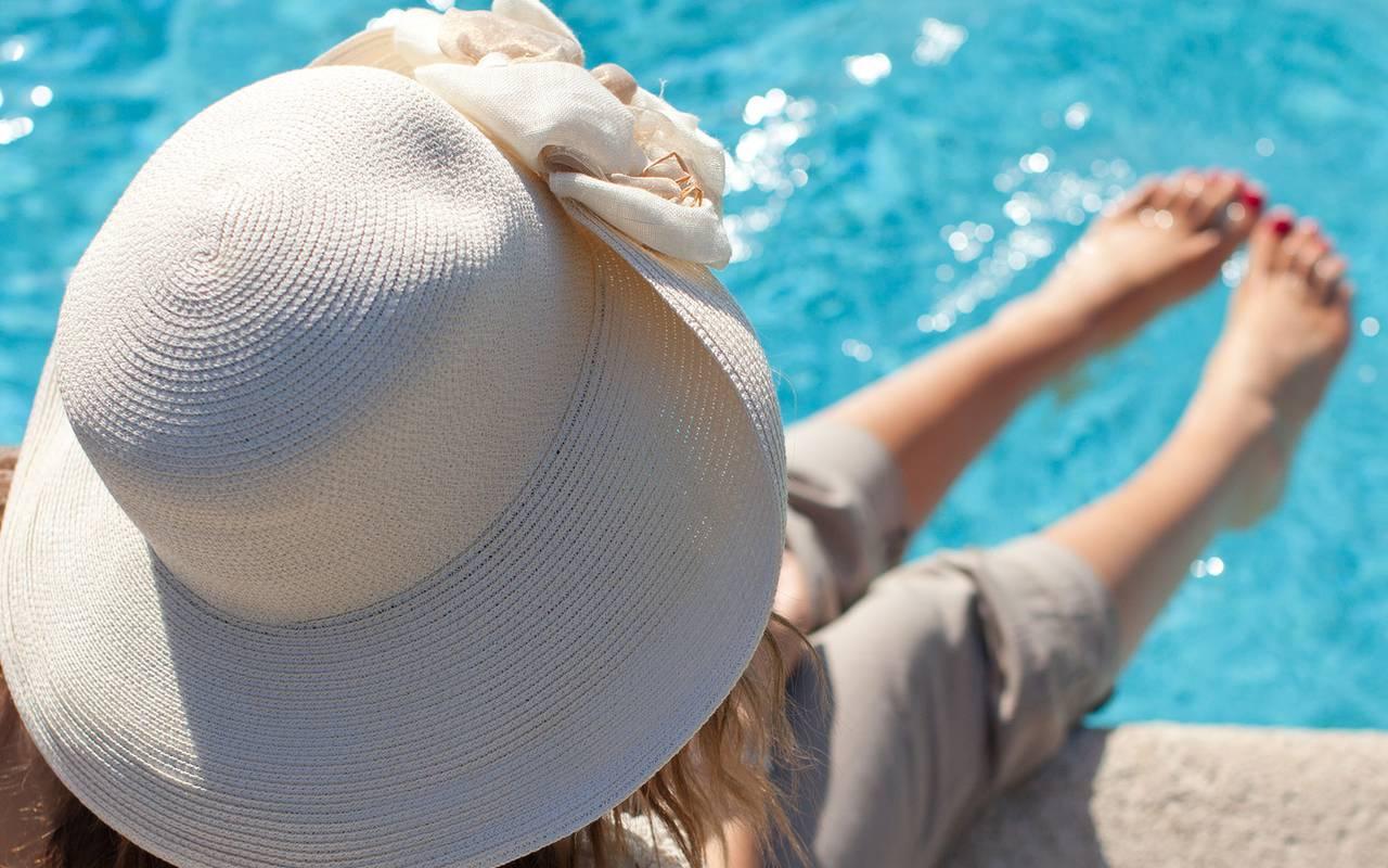 les pieds dans la piscine sous le soleil, hôtel de charme alpilles, Le Vallon de Valrugues & Spa.