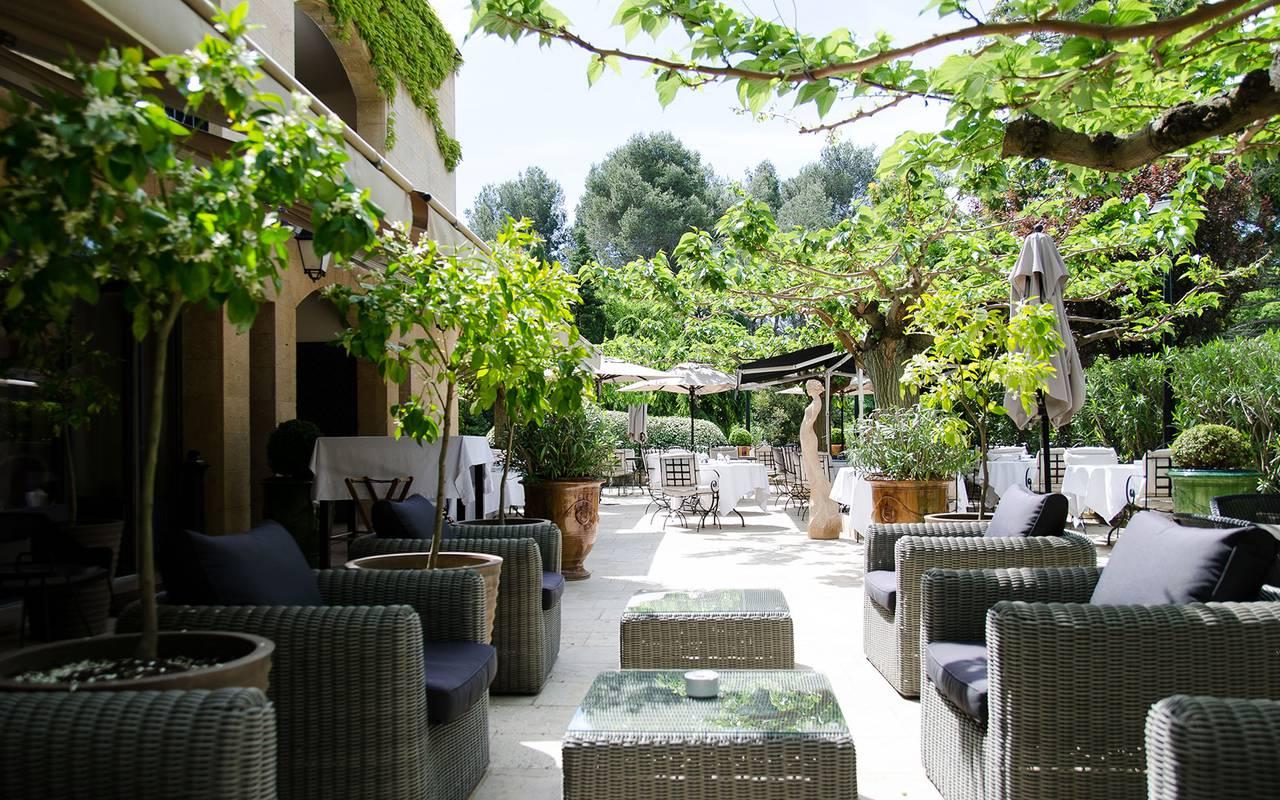 Salon extérieur sour les arbres, hôtel 5 étoiles saint remy de provence, Le Vallon de Valrugues & Spa.