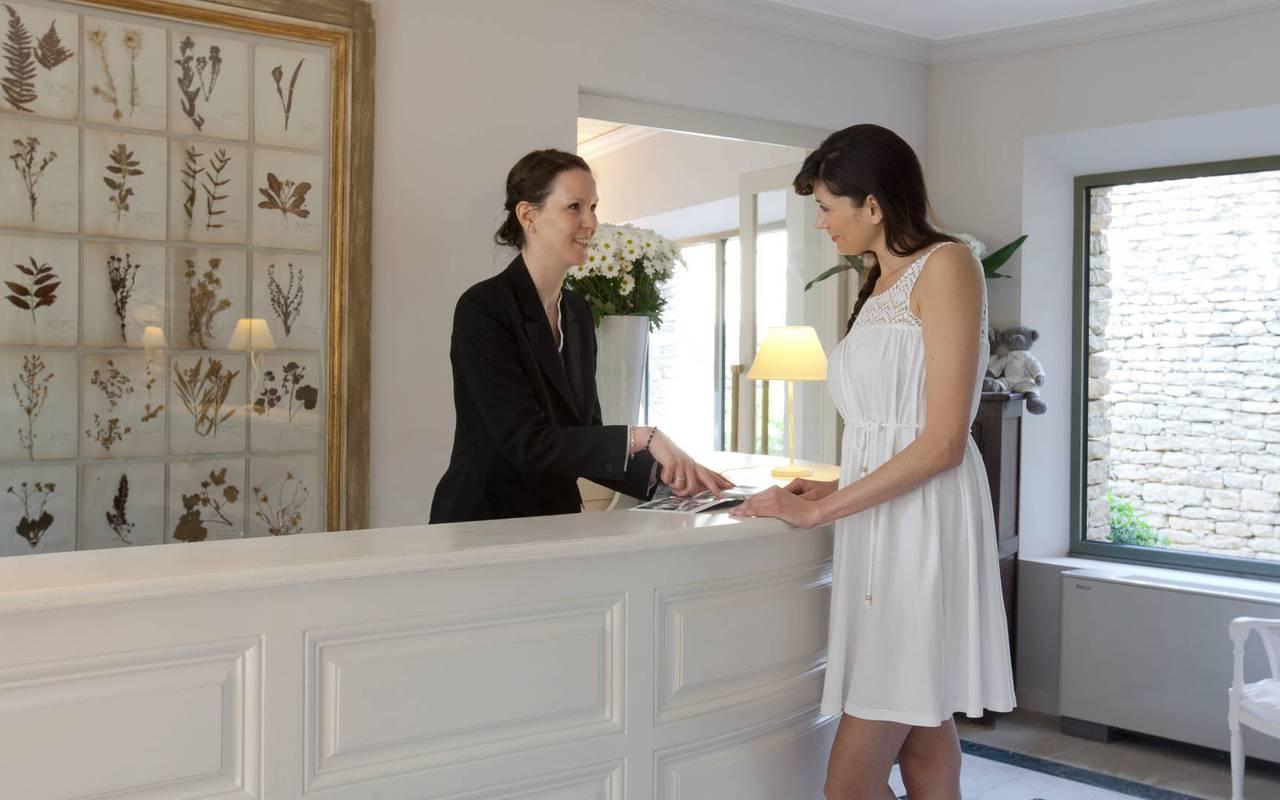 Accueil chaleureux à la réception, hôtel 5 étoiles à Gordes, hôtel Les Bories