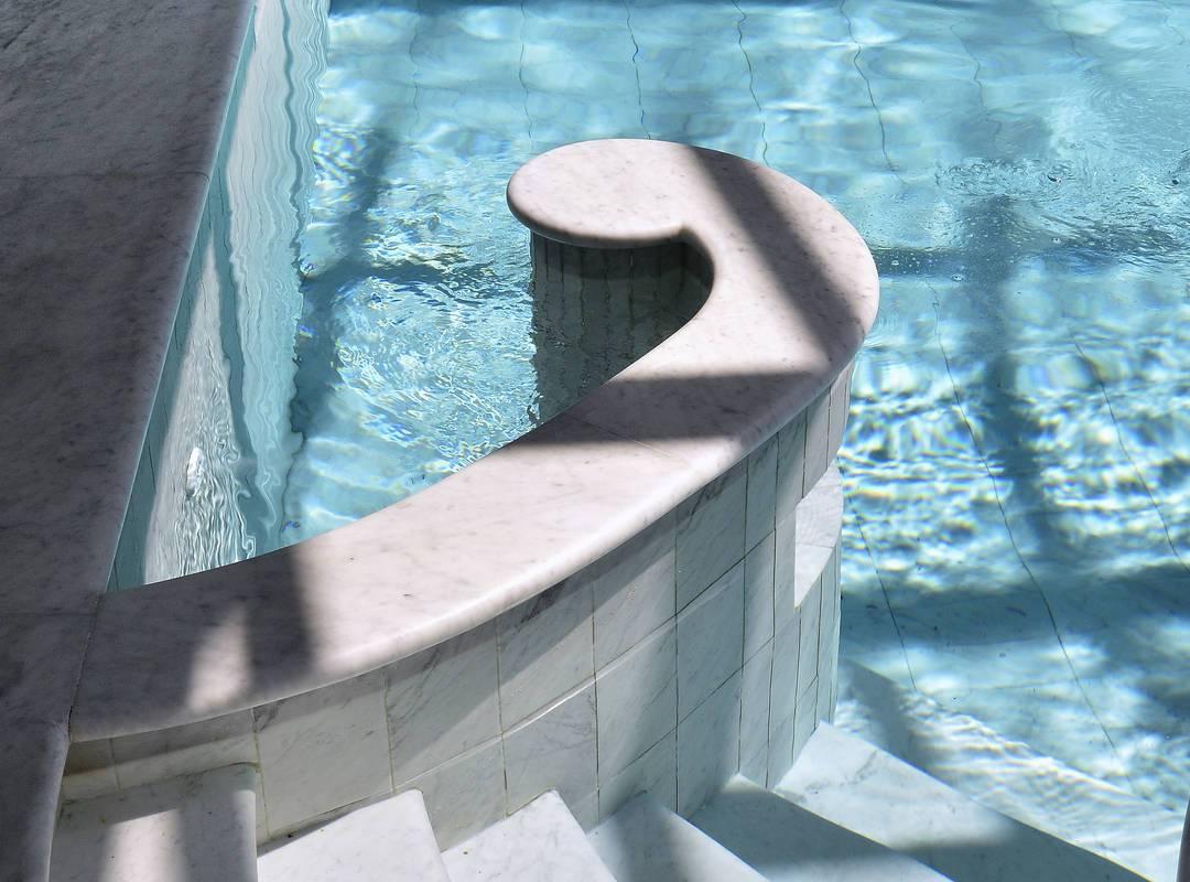 Piscine de luxe hôtel 5 étoiles à Gordes en Provence pour une journée spa