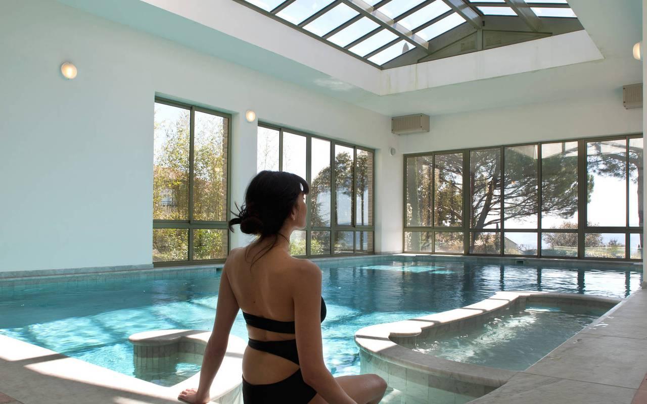Instant relaxant à la piscine hôtel 5 étoiles à Gordes