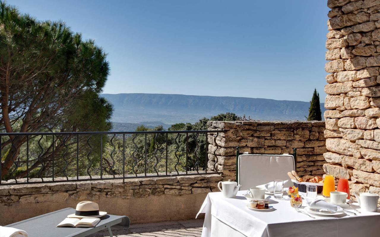 Moments détente sur la terrasse ensoleillée hôtel chic en Provence