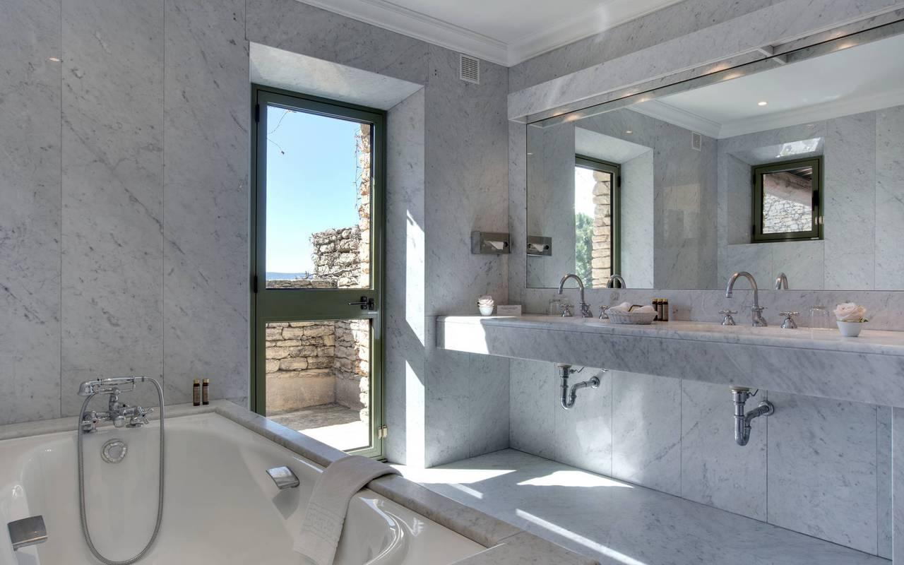Salle de bain épurée, hôtel de luxe Avignon, hôtel Les Bories