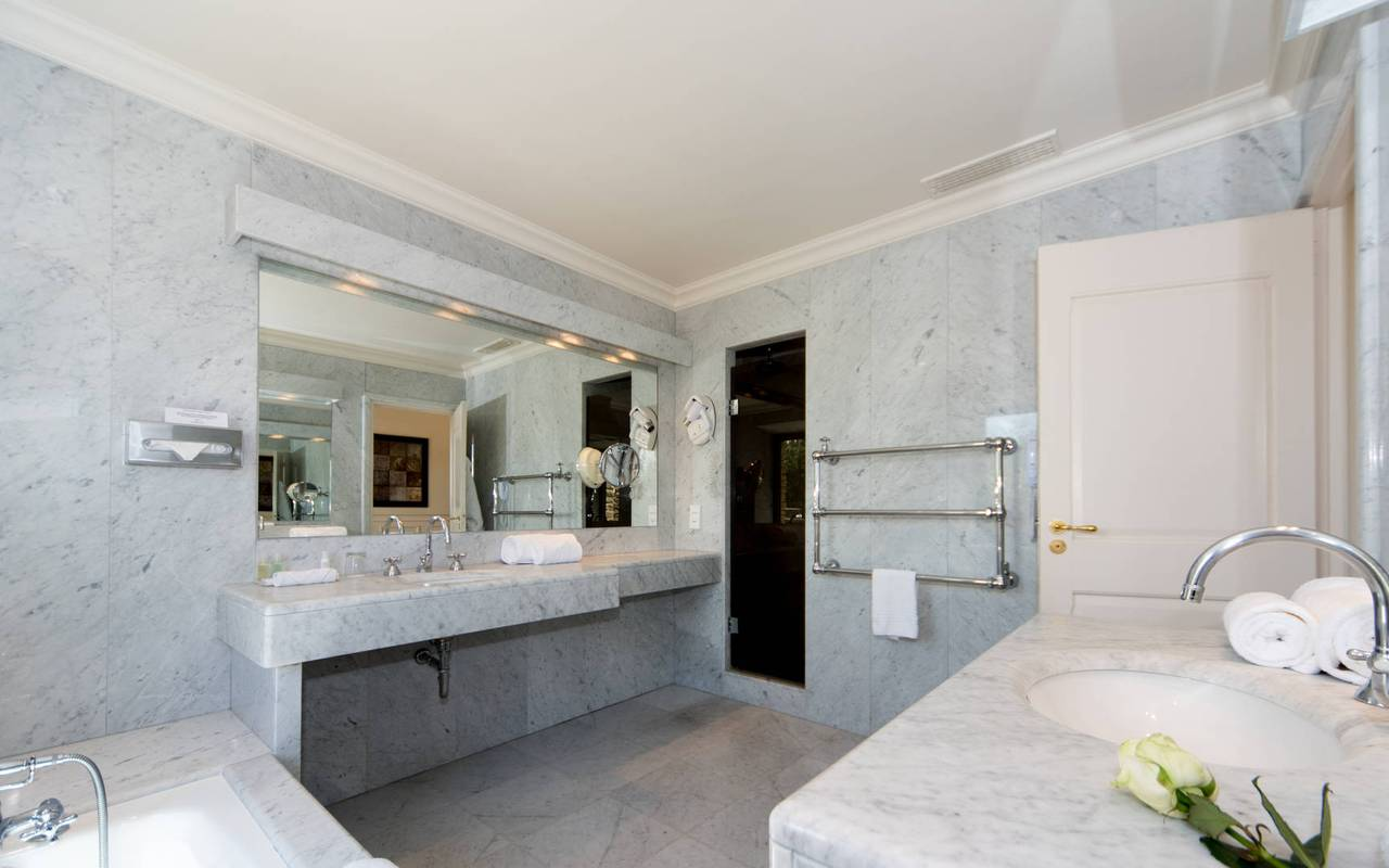 Grande salle de bain de luxe hôtel de charme en Provence