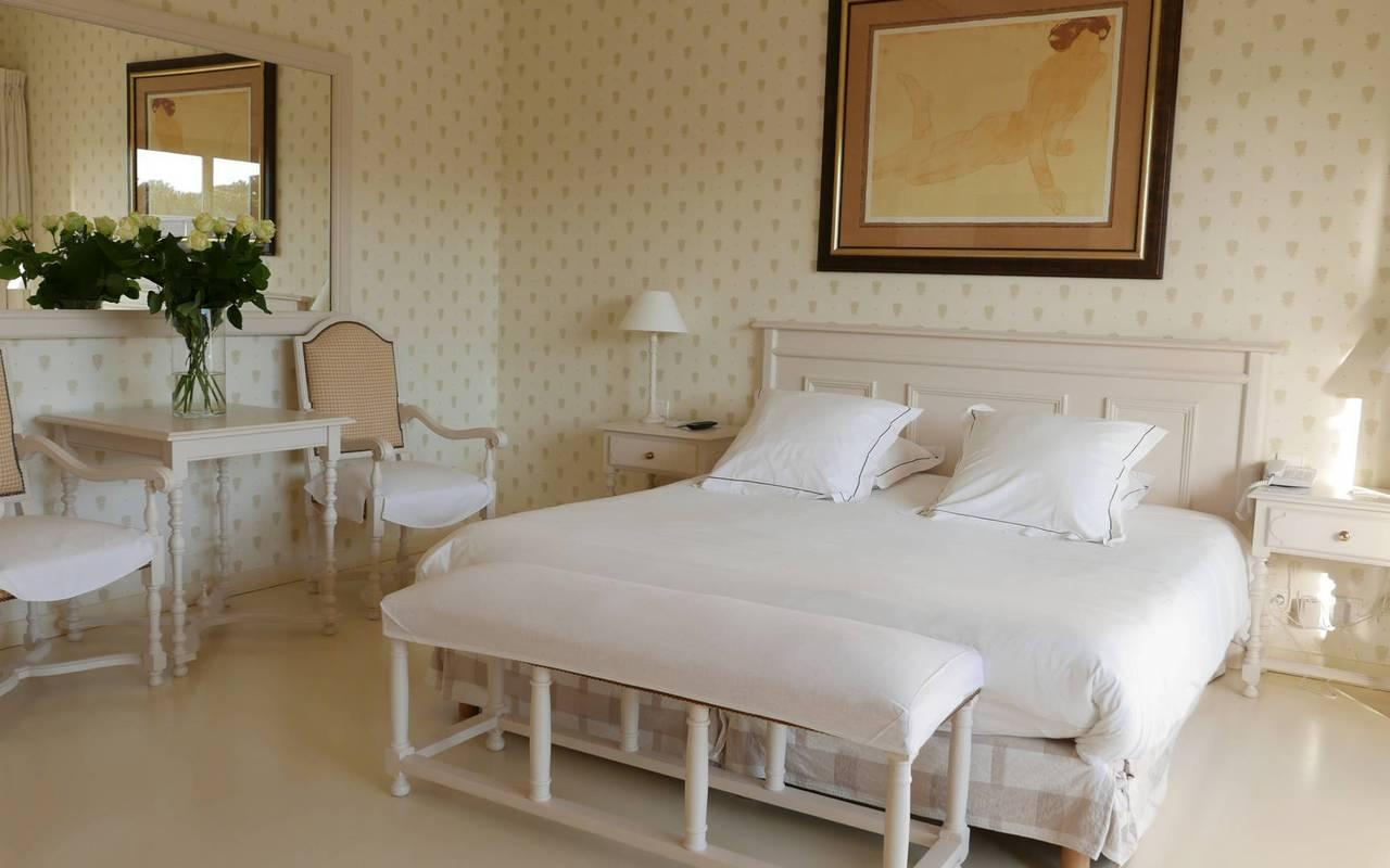 Chambre au charme authentique hôtel de luxe Les Bories