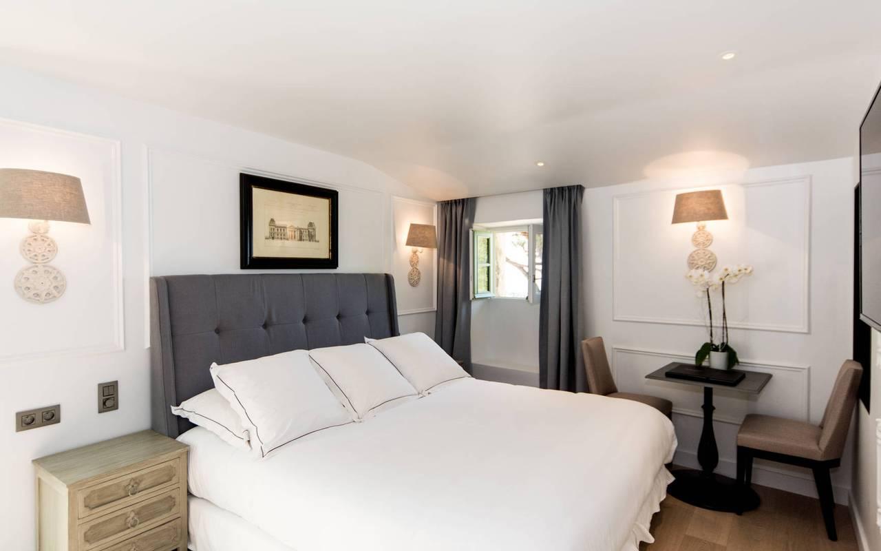 Chambre luxueuse avec une literie confortable, hôtel de charme en Provence, hôtel Les Bories