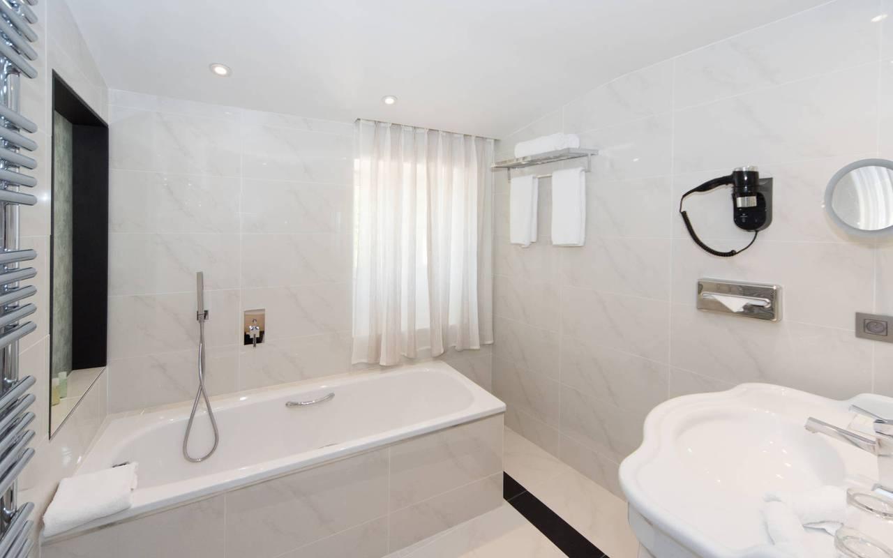 Chambre avec baignoire hôtel de luxe Les Bories à Gordes