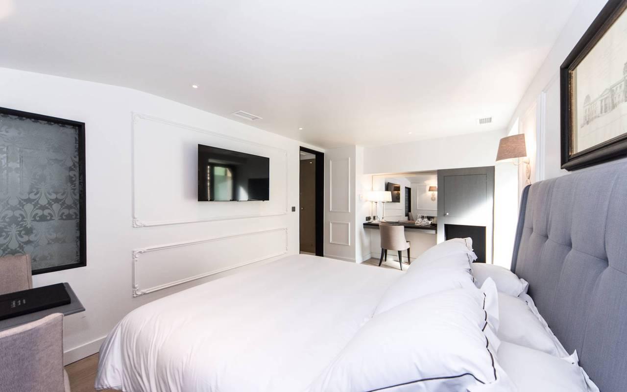 Chambre chic avec un grand lit hôtel Les Bories à Gordes