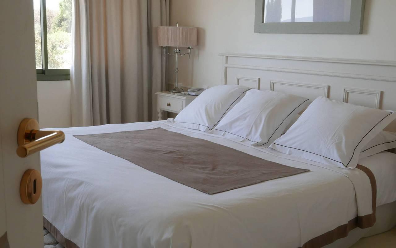 Chambre avec literie de luxe hôtel 5 étoiles Les Bories