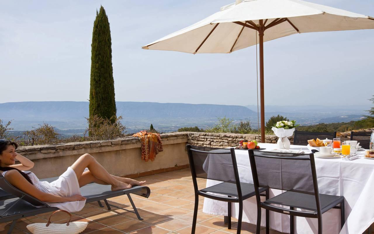 Détente sur une terrasse au soleil hôtel de luxe à Gordes