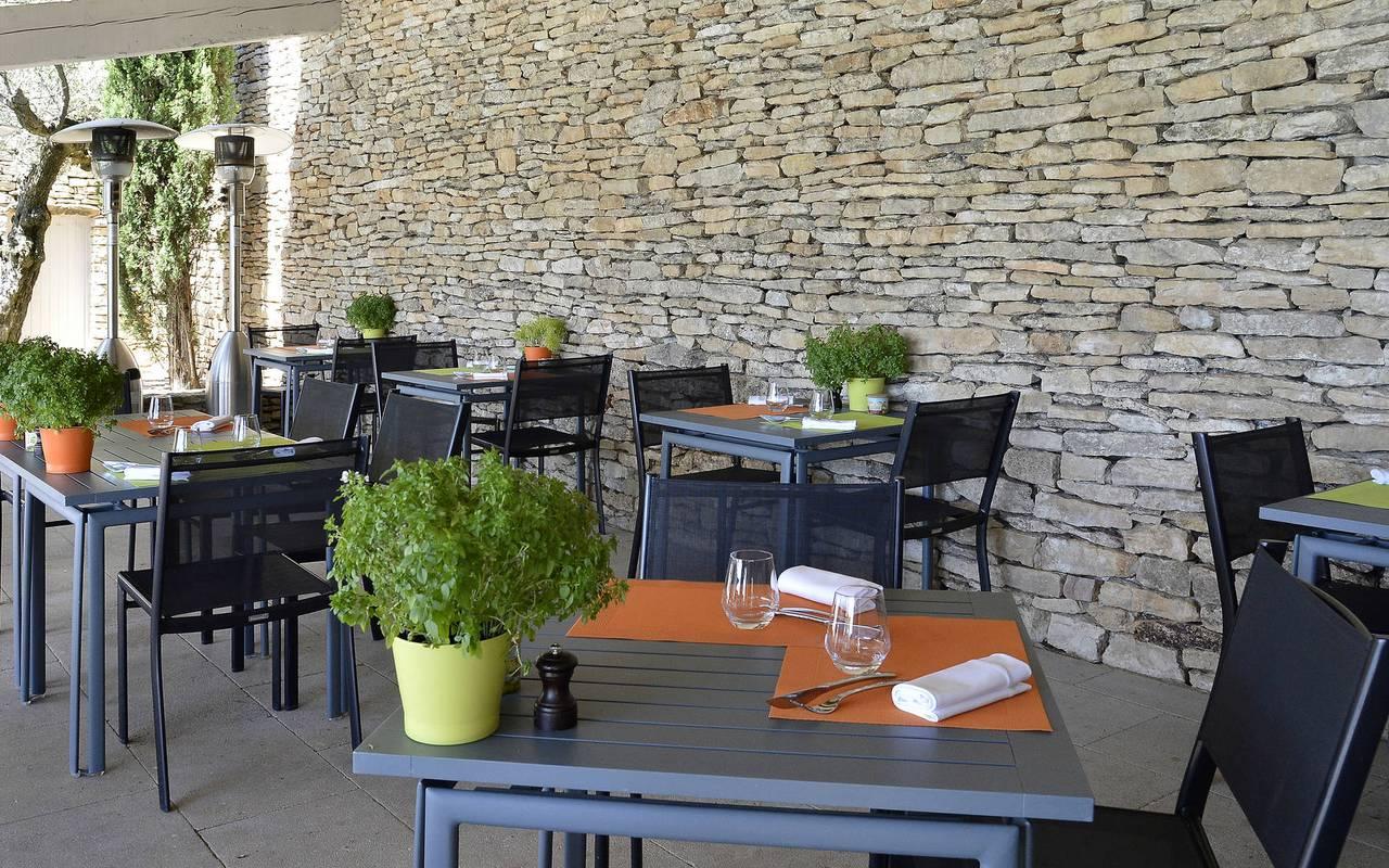 Hôtel à Gordes avec terrasse en mur de pierre