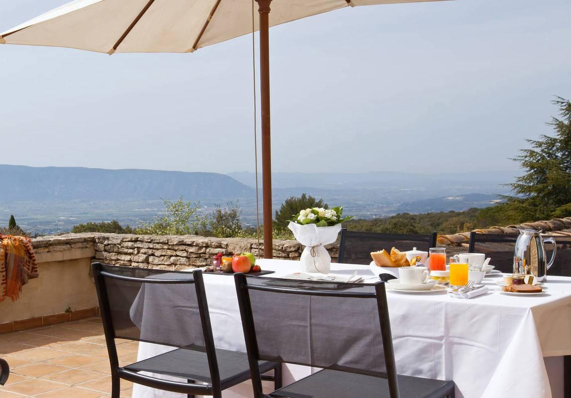 Petit déjeuné en terrasse à l'hôtel Les Bories