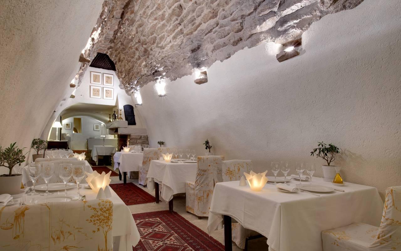 Salle du restaurant dans une voute, restaurant étoilé en Provence, hôtel Les Bories