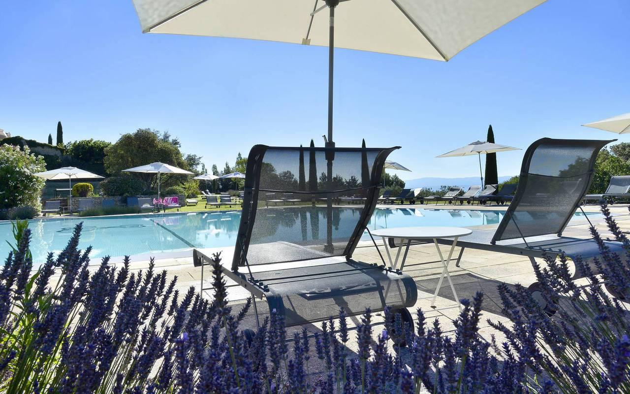 Détente autour de la piscine à l'hôtel Les Bories en Provence