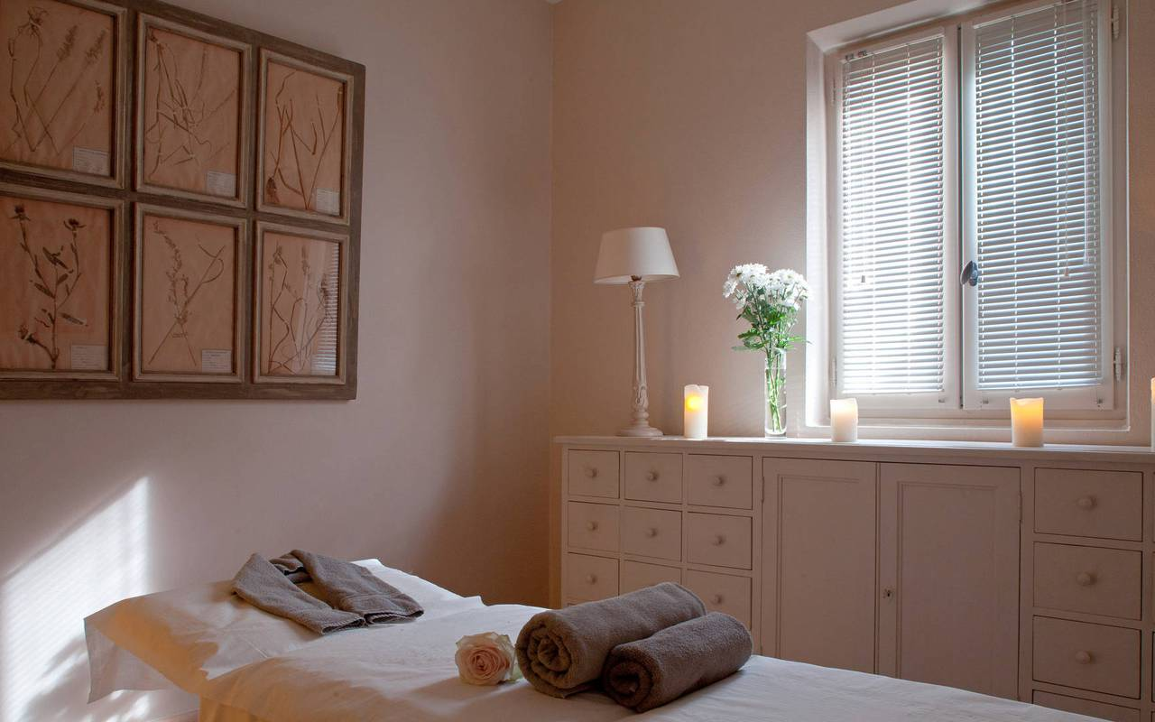 Salle de massage élégante à l'hôtel Les Bories à Gordes