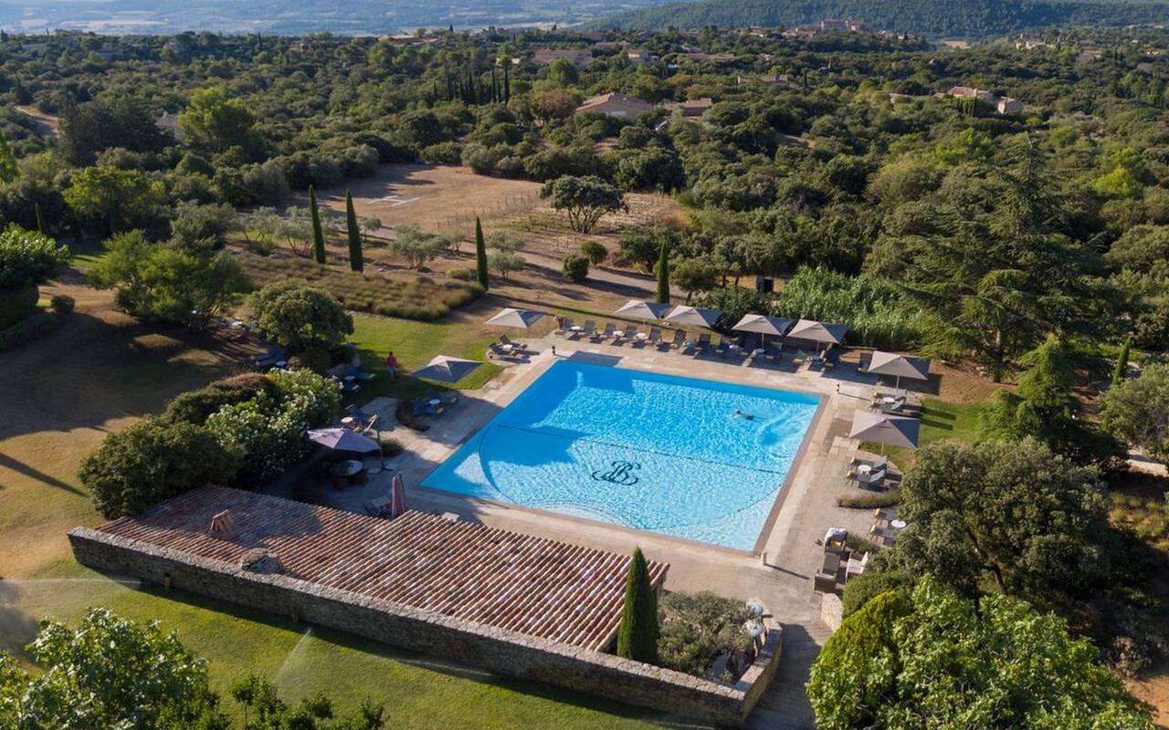 Vue en hauteur de l'hôtel et de la grande piscine, hôtel de luxe dans le Luberon, hôtel Les Bories