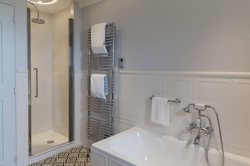 Salle de bain élégante dans un hôtel de luxe à Gordes