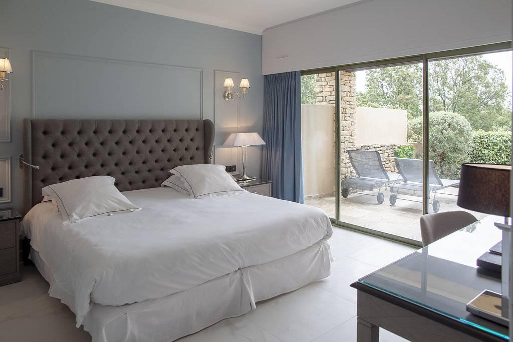 Chambre chic ouverte sur l'extérieur hôtel de luxe les Bories