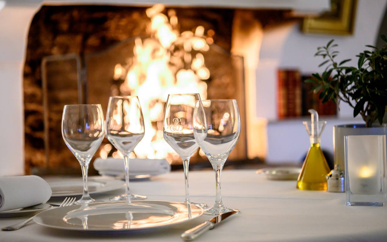Repas devant une cheminée hôtel luxe paca